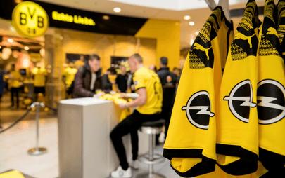 Il logo Opel sulla nuova maglia del Borussia Dortmund