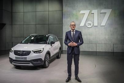 Karl-Thomas Neumann inaugura lo stand Opel al Salone internazionale dell'automobile di Ginevra