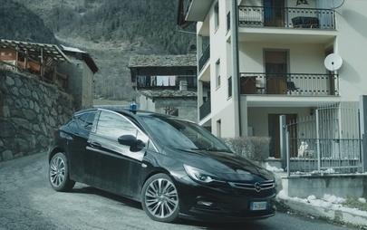 """Opel Insignia protagonista della terza stagione di """"Rocco Schiavone"""""""