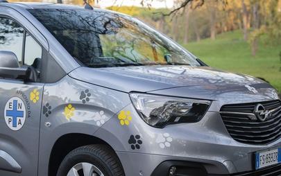 Opel Combo Life Pet Lovers Edition: consegnate a ENPA due vetture per supportare gli amici a due e quattro zampe