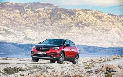 Caricato al massimo: Opel Grandland X Plug-In Hybrid a trazione integrale