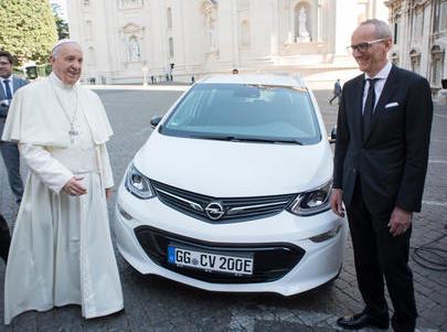 """Opel consegna Opel Ampera-e al Santo Padre: il primo passo verso uno Stato Vaticano """"CO2 Free"""""""