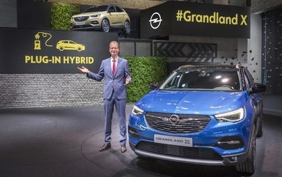 Il CEO Michael Lohscheller annuncia la prima ibrida plug-in di Opel al Salone Internazionale dell'Automobile di Francoforte